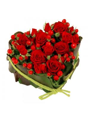 Сърце от рози и хиперикум