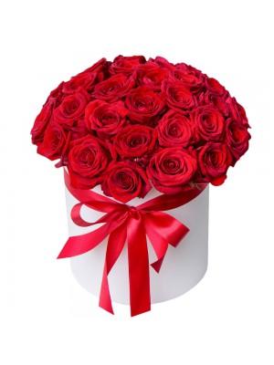 Червени рози в бяла кутия