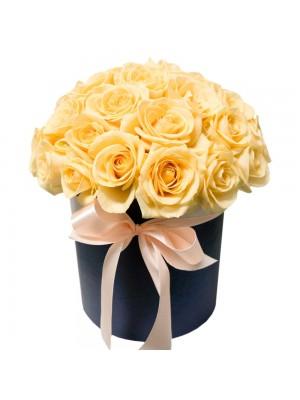 Кремави рози в кутия