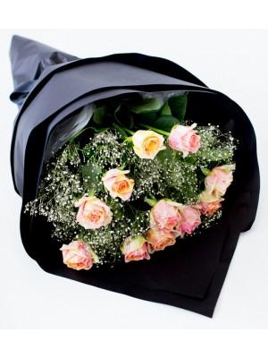 11 мраморни рози в чрна опаковка