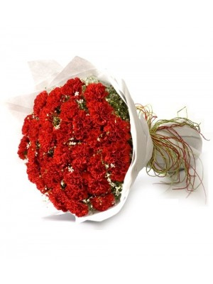 39 Червени Карамфила със зеленина и опаковка.