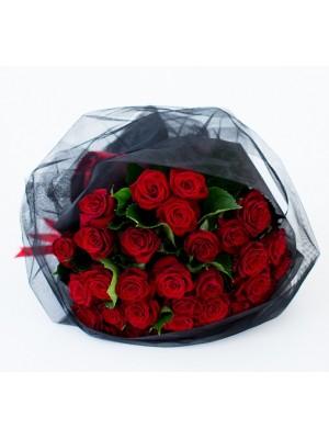 51 Червени Рози къса дръжка в букет с черен тюл